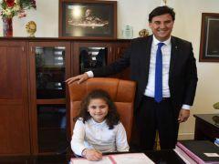 Başkan Karaca makamını öğrenciye bıraktı.